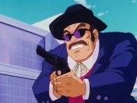 Musuka dérobe l'arme du policier